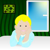 Menino de sorriso louro na cama perto da janela Imagem de Stock Royalty Free