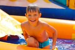 Menino de sorriso na água Fotos de Stock Royalty Free