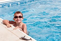 Menino de sorriso na piscina fotos de stock