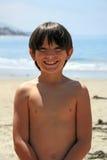 Menino de sorriso na praia fotografia de stock royalty free