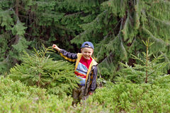 Menino de sorriso na reserva da floresta imagem de stock royalty free