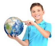 Menino de sorriso na terra guardando ocasional do planeta nas mãos Imagem de Stock Royalty Free