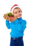 Menino de sorriso no chapéu de Santa com caixa de presente Imagens de Stock Royalty Free