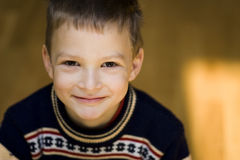 Menino de sorriso no fundo claro Imagem de Stock Royalty Free