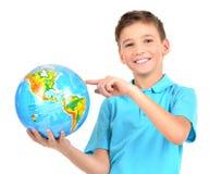 Menino de sorriso no globo guardando ocasional nas mãos Fotografia de Stock
