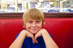 Menino de sorriso no jantares fotografia de stock