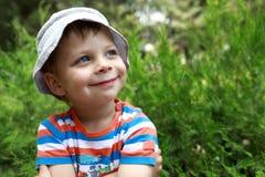 Menino de sorriso no parque Fotografia de Stock Royalty Free