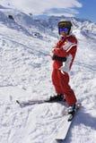 Menino de sorriso no terno de esqui na inclinação fotos de stock royalty free