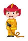 Menino de sorriso no uniforme do bombeiro com mangueira Foto de Stock Royalty Free
