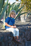 Menino de sorriso pequeno no jardim tropical Foto de Stock Royalty Free