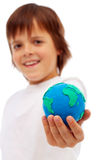 Menino de sorriso que guarda a modelagem da terra da argila Fotos de Stock