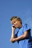 Menino de sorriso que telefona com telefone de pilha Foto de Stock Royalty Free