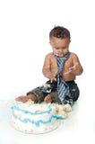 Menino desarrumado do bebê de um ano com bolo de aniversário Fotos de Stock