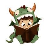 Menino disfarçado como um livro de leitura do dragão Fotografia de Stock Royalty Free
