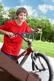 Menino do adolescente com bicicleta foto de stock