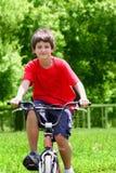 Menino do adolescente com bicicletas fotos de stock