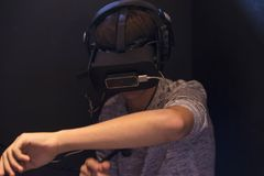 Menino do adolescente que joga com vidros 3d no videogam da realidade virtual Fotografia de Stock Royalty Free