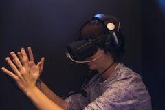 Menino do adolescente que joga com vidros 3d no videogam da realidade virtual Imagem de Stock Royalty Free