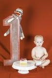 Menino do aniversário que come o bolo Imagem de Stock Royalty Free