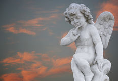 Menino do anjo no céu alaranjado Foto de Stock