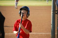 Menino do basebol que olha fixamente no bastão Fotografia de Stock