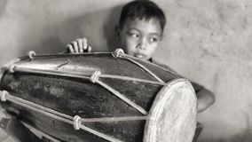 Menino do baterista em uma escola de música indonésia fotos de stock