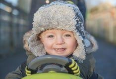 Menino do bebê de um ano que joga fora no inverno Fotografia de Stock