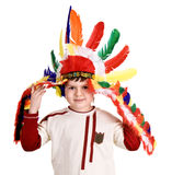 Menino do divertimento no traje do indian. imagens de stock royalty free
