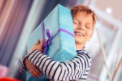 Menino do feliz aniversario que abraça suas caixas de presente imagens de stock royalty free