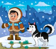 Menino do Inuit com cão ronco Imagem de Stock