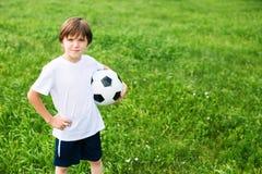 Menino do jovem adolescente no campo de ação na equipa de futebol Fotos de Stock Royalty Free