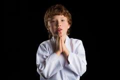 Menino do karaté no quimono branco isolado no preto Imagens de Stock