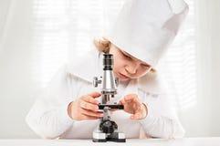 Menino do microscópio Fotos de Stock Royalty Free