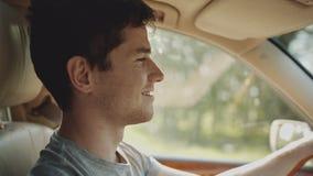Menino do moderno que conduz um carro filme
