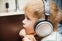 Menino do retrato nos fones de ouvido Foto de Stock