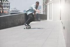 Menino do skater na rua em Banguecoque fotografia de stock royalty free