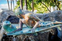 Menino do surfista e selo, área da praia de Waikiki imagem de stock royalty free