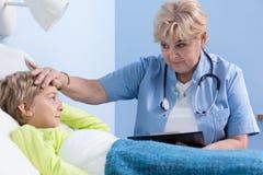 Menino doente que tem a febre alta Foto de Stock Royalty Free