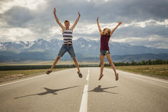 Menino dos adolescentes e uma menina na estrada Fotografia de Stock