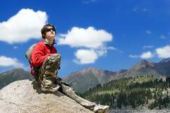 Menino dos adolescentes no hike das montanhas fotografia de stock royalty free