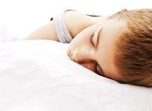 Menino dos anos de idade nove que dorme e que sonha Imagens de Stock