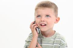 Menino dos anos de idade quatro que fala no telemóvel Fotografia de Stock