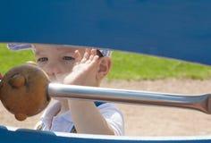 menino dos anos de idade 2 que joga com as bolas na corda Fotografia de Stock