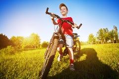 Menino dos anos de idade seis em uma bicicleta Fotografia de Stock Royalty Free