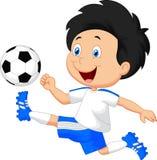 Menino dos desenhos animados que joga o futebol Fotos de Stock Royalty Free