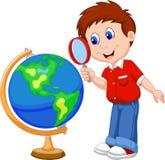 Menino dos desenhos animados que usa a lupa que olha o globo Imagens de Stock