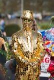 Menino dourado coberto da cabeça ao dedo do pé no ouro com o chapéu alto reflexivo imagens de stock royalty free