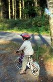Menino e bicicleta Fotos de Stock Royalty Free