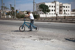 Menino e bicicleta. Azaz, Síria. foto de stock