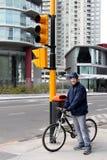 Menino e bicicleta novos na cidade fotos de stock